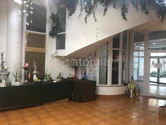 108 m2, predajná - kontaktná plocha + kancelárske a skladové priestory, prípadne byt