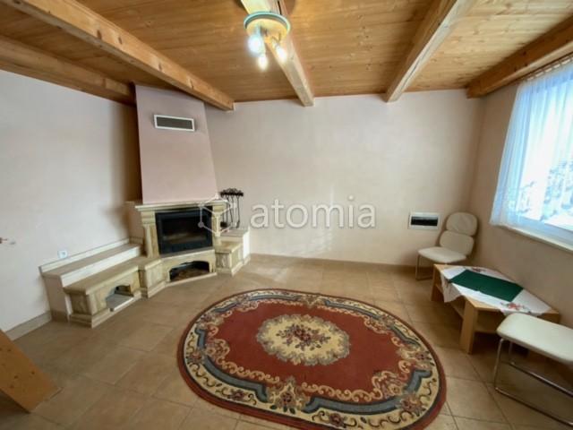 rovinatý pozemok 303 m2 v OV, 14m x 21,9m, elektrika, voda, žumpa, murovaná chata